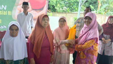 Photo of Gandeng Karang Taruna Harjamukti, Anggota DPR RI Fraksi PKS Ini Bagikan Ratusan Paket Sembako