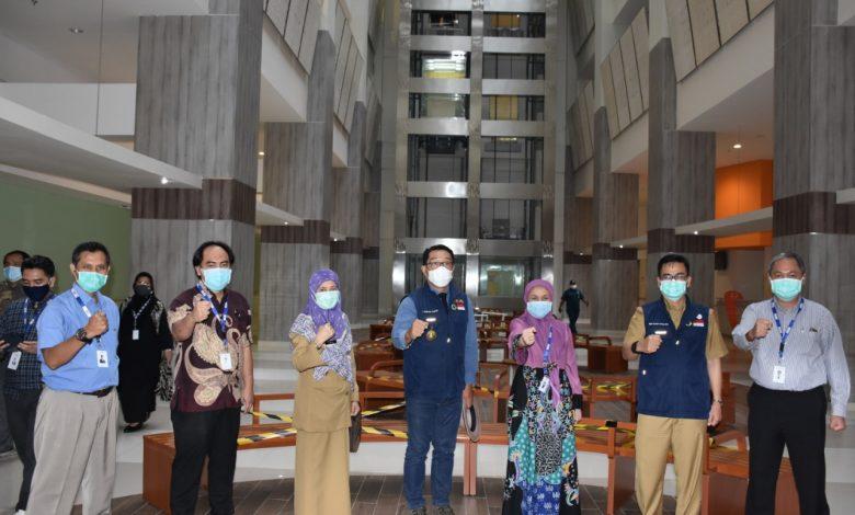 Photo of Ke Depok, Ridwan Kamil Sempatkan Tinjau Kesiapan RSUI Tangani Covid-19