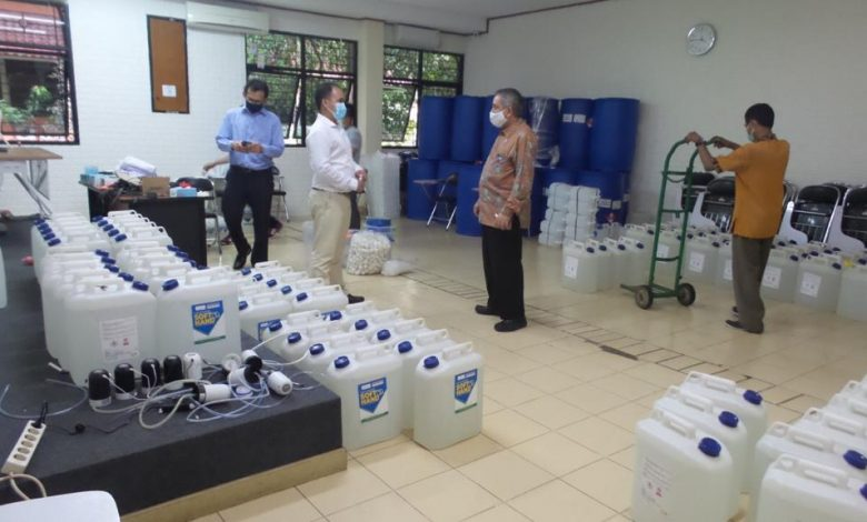 Photo of Fakultas Farmasi UI Donasikan 3.380 Liter Hand Sanitizer Batch Pertama bagi Fasyankes