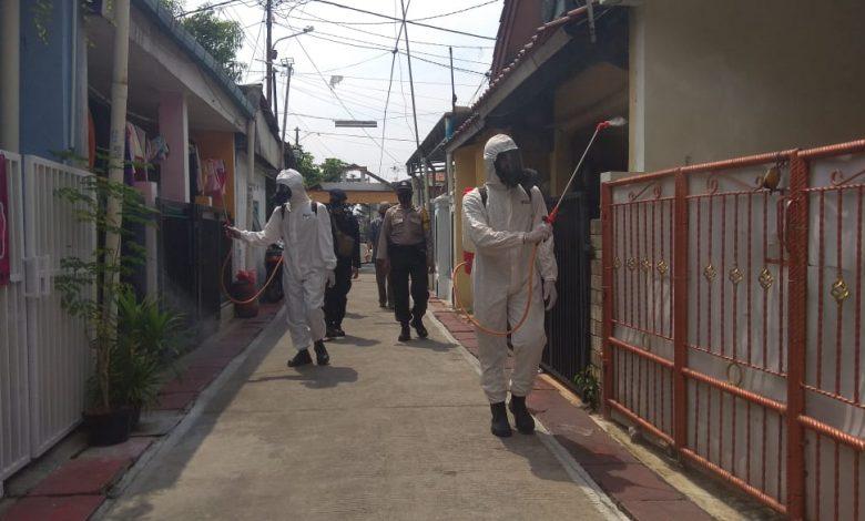 Photo of Timsat KBR Korps Brimob Gegana Polri Laksanakan Penyemprotan Disinfektan di Kelurahan Mekarjaya