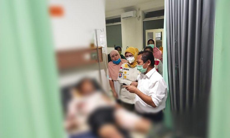 Photo of Satpol-PP Depok Tersengat Listrik Saat Copot Baliho Jelang Masa Kampanye