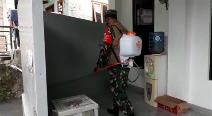 Photo of Sikapi SE Wali Kota, Babinsa Pangkalan Jati Baru Semprot Disinfektan Rumah Warga