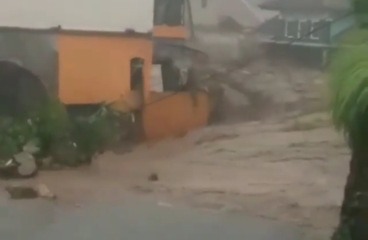 Photo of Banjir Bandang Hanyutkan Satu Rumah Warga Sukabumi