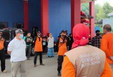 Photo of Damkar Depok Latih 25 Orang Menjadi Relawan Penyemprot Disinfektan