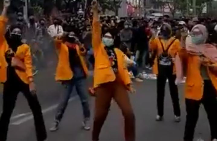 Photo of Lima Mahasiswi UNM Sindir DPR Lewat Goyang TikTok Saat Demonstrasi Penolakan Omnibus Law Cipta Kerja