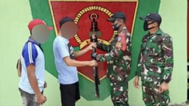 Photo of Satgas Pamtas Yonif 642/KPS, Terima Satu Pucuk Senjata Rakitan dari Masyarakat